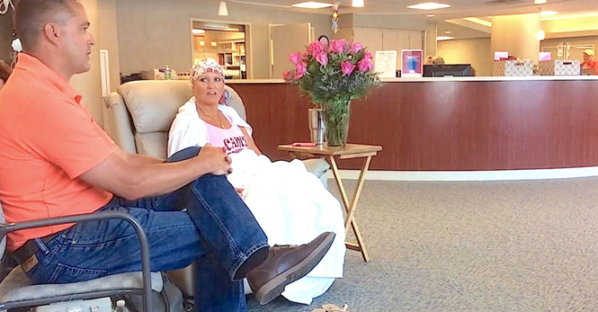 Marido surpreende esposa com 500 rosas para comemorar último dia de quimioterapia da mulher