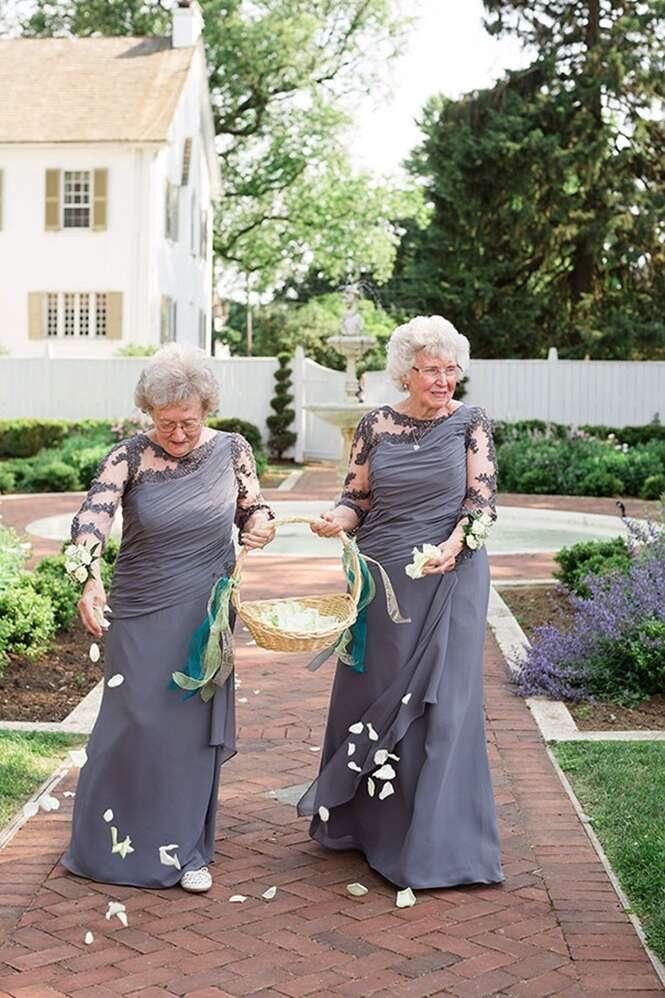 Vovós se tornam damas de honra em casamento dos netos