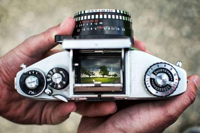 Fotógrafo cria série de imagens registradas por meio do visor de câmera analógica antiga