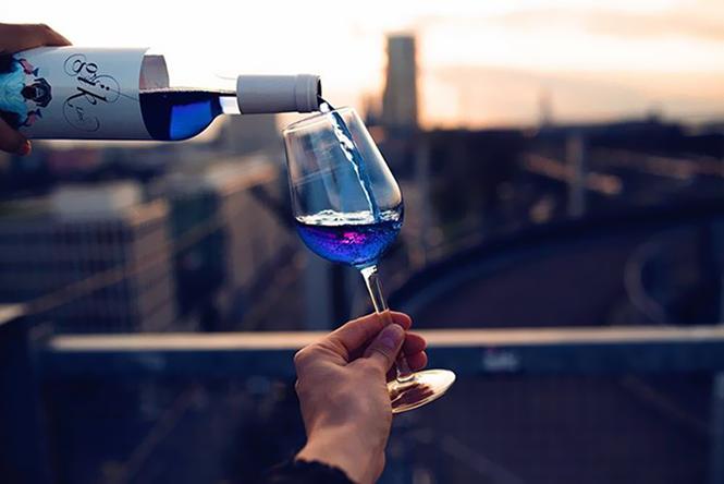 Você já bebeu vinho azul?