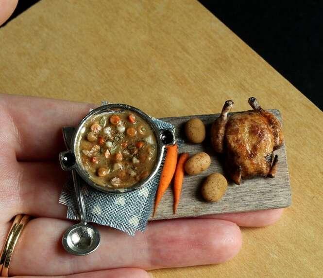 Artista usa argila para esculpir comidas em miniatura