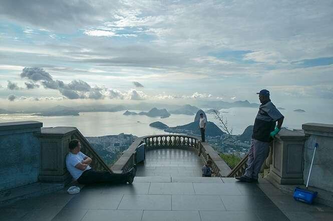 Artista faz série hilária de fotos apontando a câmera ao contrário dos locais mais visitados do mundo