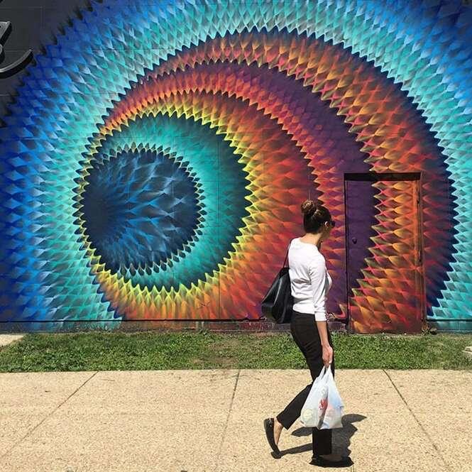 Artista de rua usa tinta em spray para criar incríveis caleidoscópios em muros e paredes