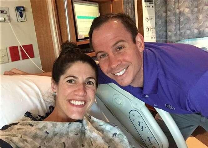 Leah Rodgers e seu marido, Kyle, depois que seu filho nasceu.