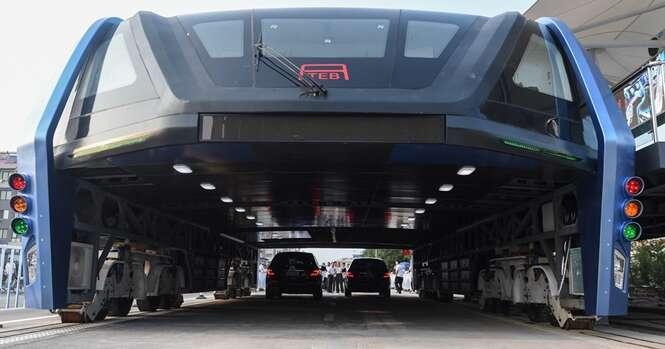 China finaliza construção de ônibus que trafega sobre carros
