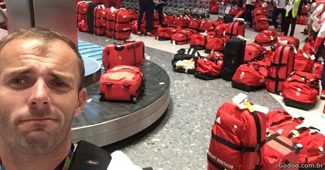 Atletas britânicos ficam confusos na hora de pegar a bagagem após retorno das Olimpíadas