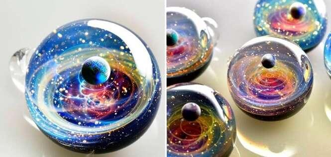 Artista super talentoso representa galáxias e planetas usando bola de vidro