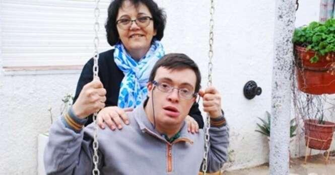 O aluno com síndrome de Down dessa professora ficou órfão e ela resolveu adotá-lo