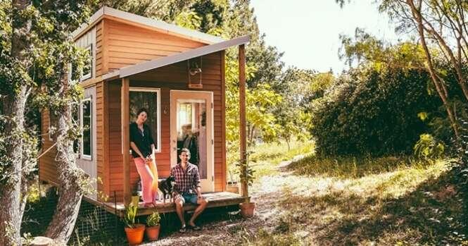 Jovem cansado de pagar aluguel vende tudo e constrói pequena casa no bosque