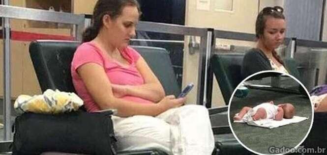 O verdadeiro motivo para uma mãe deixar seu bebê no chão enquanto usa o celular
