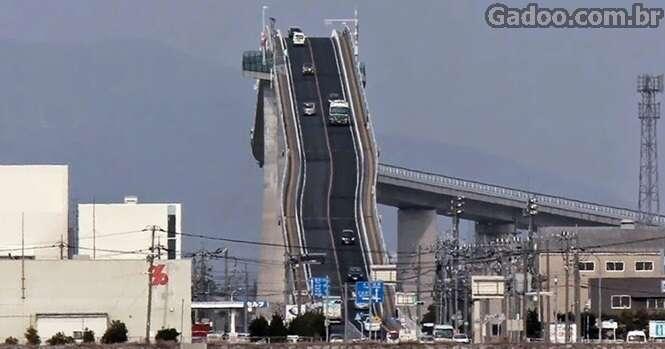 Isso não é uma montanha-russa, é apenas uma ponte no Japão