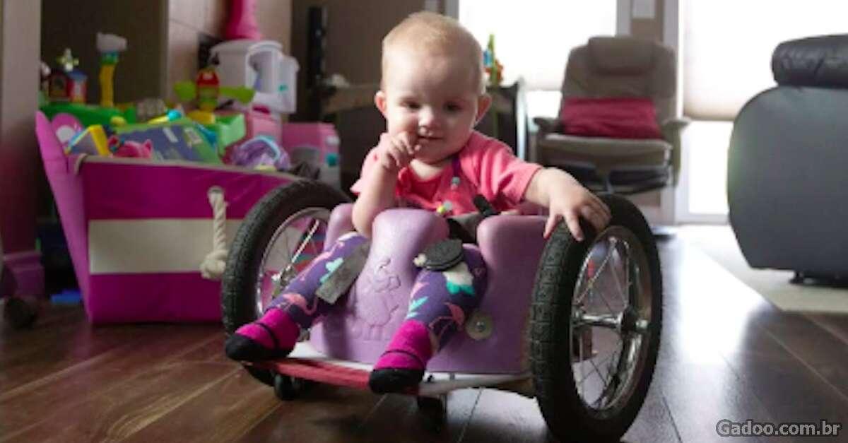 Pai preocupado constrói cadeira de rodas inovadora para filha se mover