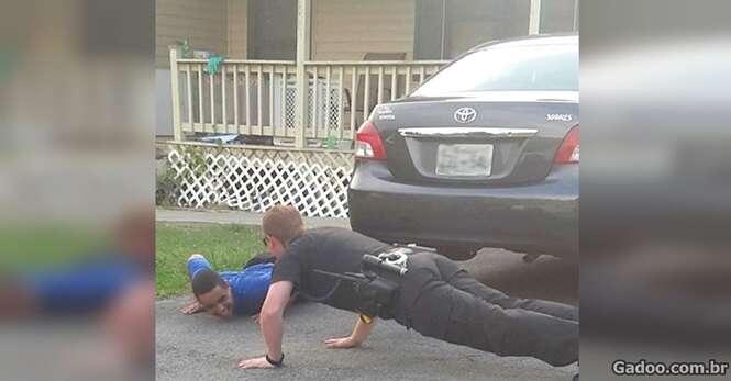 Policial se joga no chão para acalmar menino com autismo