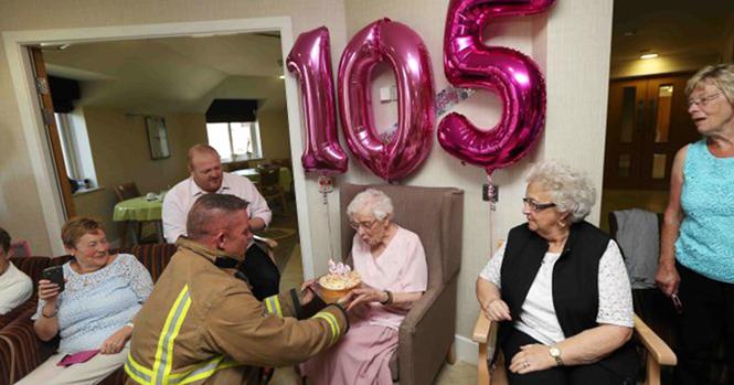 Esta idosa tinha apenas um desejo em seu 105º aniversário: um bombeiro tatuado