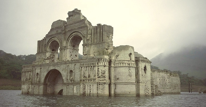 Igreja de 400 anos emerge das águas de reservatório no México