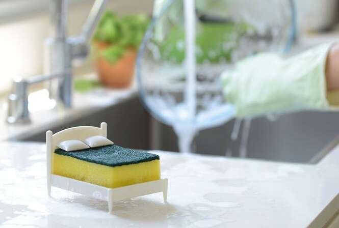 Conheça o porta esponja em formato de cama que vai deixar sua cozinha mais alegre
