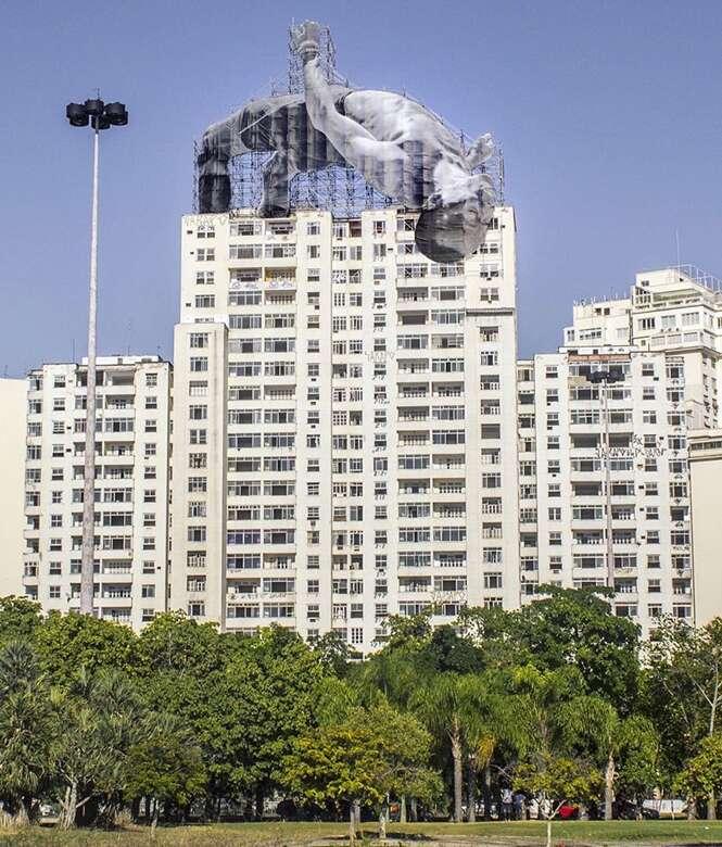 Artista instala atletas gigantes por paisagem urbana carioca