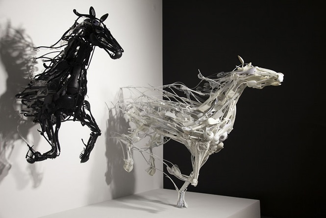 Artista recicla plástico para criar esculturas incríveis