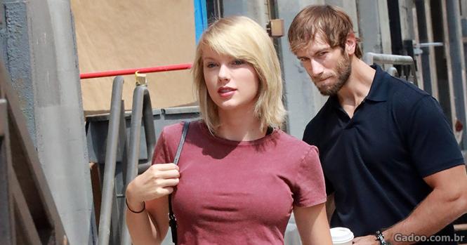 Esse cara foi visto olhando fixamente para Taylor Swift e a internet não perdeu tempo para criar versões hilárias