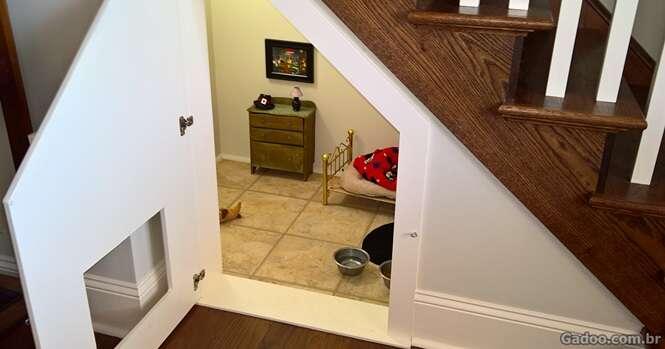 Esta mulher construiu um quarto surpreendente sob as escadas para seu cão