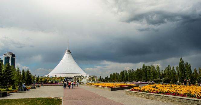 Fotógrafo registra olho gigante no céu do Cazaquistão