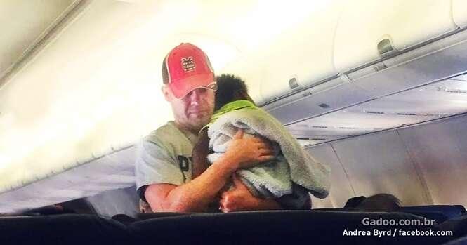 Mãe não conseguia acalmar seu bebê, até que um passageiro veio em seu socorro