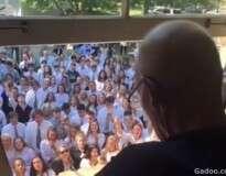 Vídeo: 400 alunos se reúnem e cantam para professor com câncer em emocionante momento