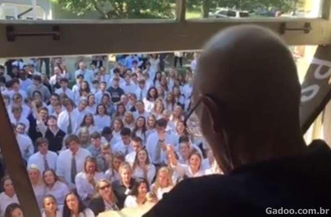 400 alunos se reúnem e cantam para professor com câncer