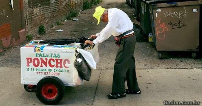 Foto comovente de idoso vendendo picolé o faz receber mais de R$ 825 mil em doações