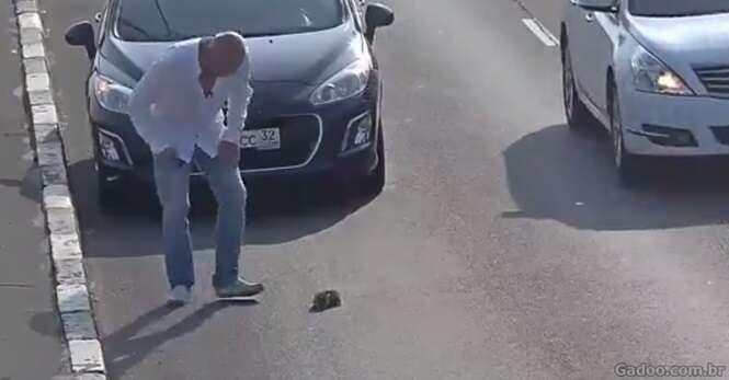 Este homem parou uma via de uma movimentada rodovia para salvar um gatinho