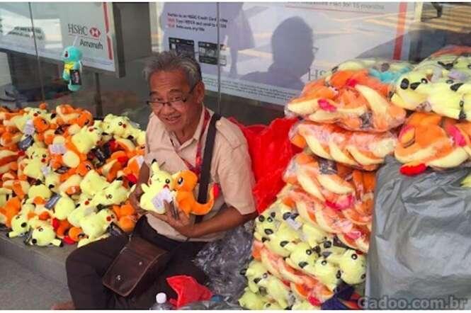 Várias pessoas surgiram de repente para ajudar este vendedor de Pokémons de pelúcia
