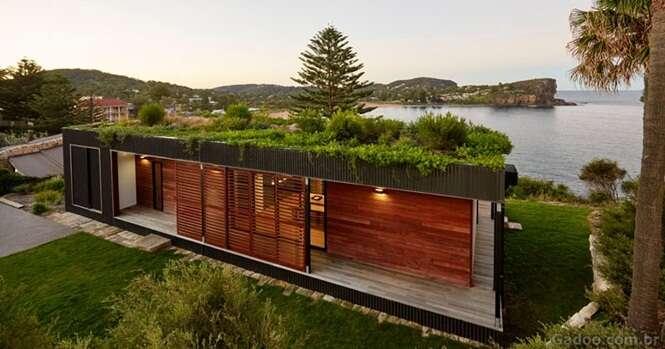 Esta linda casa com um telhado verde foi construída em apenas seis semanas