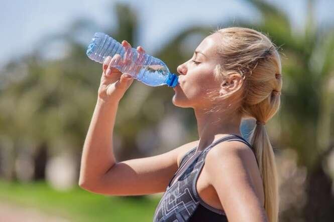 bebendo agua