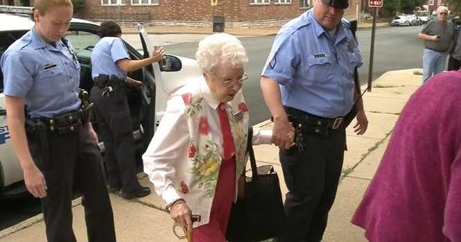 Idosa de 102 anos realiza seu sonho: saber como é ser presa