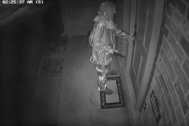 Vídeo mostra palhaço armado com faca tentando invadir residência