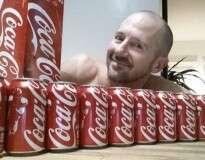 Veja o aconteceu com este homem, que bebeu 10 latas de Coca-Cola todos os dias durante um mês