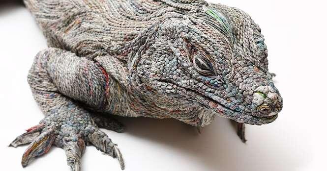 Esculturas realistas de animais criadas com jornal
