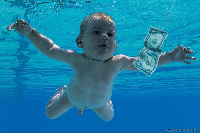 Bebê capa de famoso álbum do Nirvana recria imagem consagrada