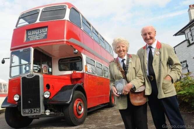 Idoso dá de presente para esposa ônibus onde se conheceram 60 anos atrás