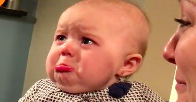 Vídeo: bebezinha linda faz biquinho toda vez que seus pais se beijam