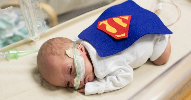 Hospital veste bebês prematuros como super-heróis para simbolizar força na luta pela vida