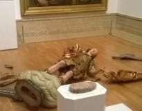 Turista brasileiro quebra estátua de mais de 300 anos em museu ao tentar fazer selfie