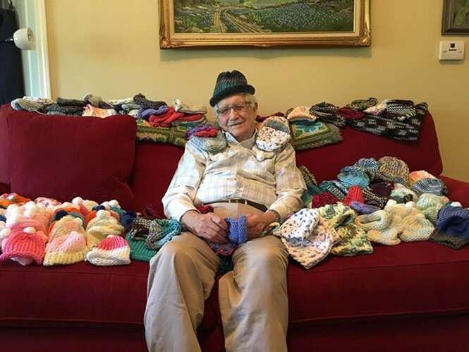 Idoso de 86 anos aprende a tricotar em prol de bebês prematuros