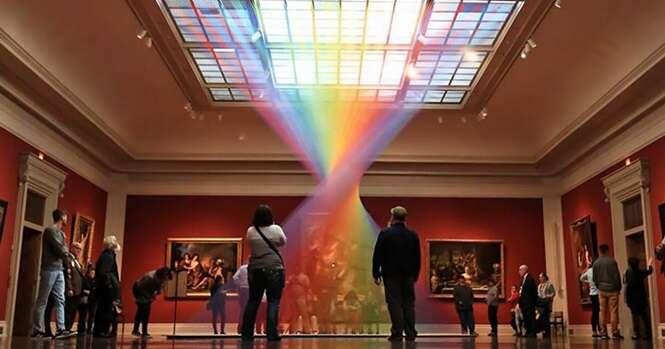 Artista faz lindo arco-íris dentro de museu de arte usando fios coloridos