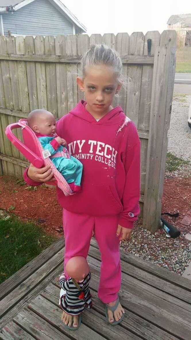 Foto de garotinha fantasiada de mãe esgotada viraliza na internet