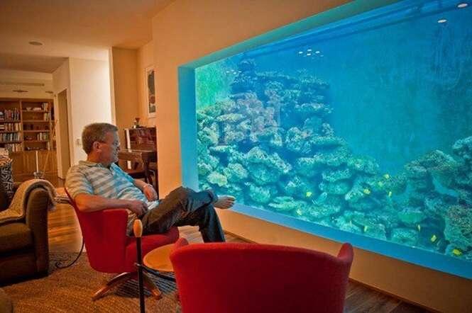 Homem constrói aquário gigantesco onde até ele mesmo pode nadar