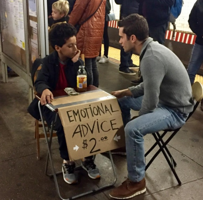 Garoto de 11 anos de idade oferece aconselhamento emocional à pessoas estressadas em metrô
