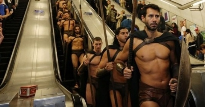 O que estes 300 homens estavam fazendo assim no metrô de Londres?