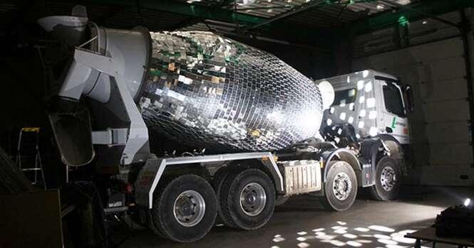 Artista transforma misturador de cimento de caminhão em enorme globo de festas