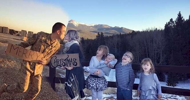 Esposa de militar longe de casa tem ótima ideia para incluir o marido em fotos de Natal da família